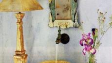 Coin brut de salle de bain décoré avec des fleurs