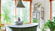 Verdure abondante dans une salle de bain originale