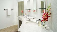 Salle de bain moderne et claire avec des fleurs