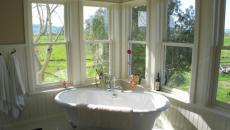salle de bains vue baignoire ancienne sur pied design retro