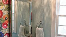 Toilettes gaies déco des murs en fleurs