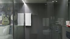 Salle de bains dans la chambre hôtel moderne
