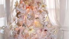 grand sapin décorée en blanc lumineux