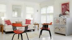 Salon moderne en blanc aux touches couleurs rouges