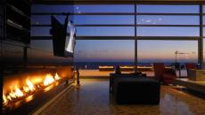 salon de luxe avec télé montée sur cheminée