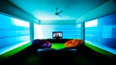 salle de media télé avec vue sur la piscine