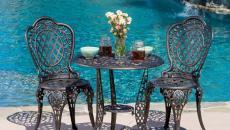piscine extérieure traditionnelle table de bistro