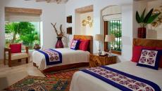 petits tapis design superposés colorés