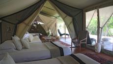 petit salon et intérieur accueillant de la tente
