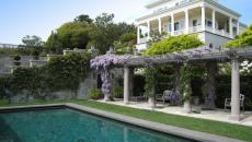 piscine et terrasse aux glycines